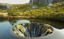 """Hố nước """"không đáy"""" tuyệt đẹp giữa lòng hồ ở Bồ Đào Nha"""