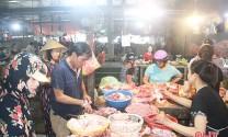 """Giữa """"bão"""" dịch, người tiêu dùng Hà Tĩnh không quay lưng với thịt lợn"""